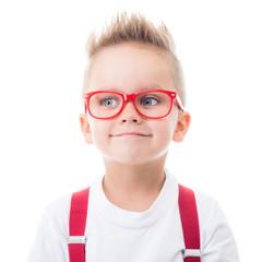 kleiner junge trägt eine brille