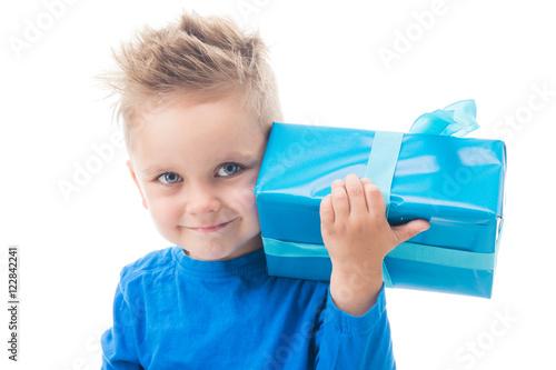 kleiner junge ist gl cklich ber ein geschenk stockfotos und lizenzfreie bilder auf fotolia. Black Bedroom Furniture Sets. Home Design Ideas