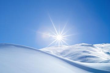 Foto op Plexiglas Heuvel Schneewehe im Gegenlicht
