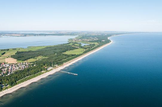Luftaufnahme des Küstenstreifens der Insel Usedom, im vordergrund Koserow