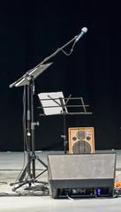Microfono e amplificatori sul palco