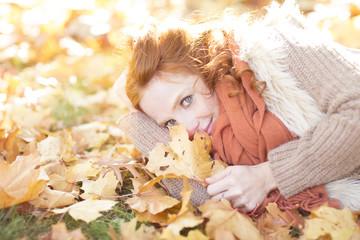 Frau mit Blättern