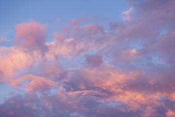 chmury w kolorach zachodzącego słońca