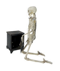 Skeleton Closing a Safe
