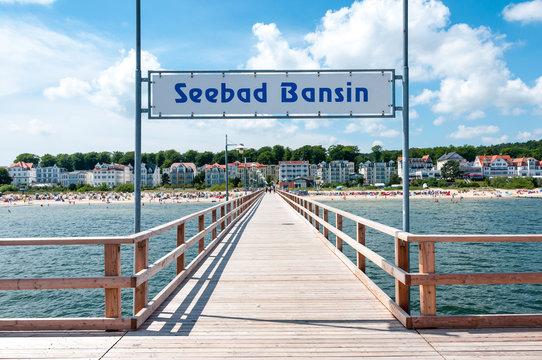 Seebrücke von Bansin auf Usedom mit Blick auf den Ort