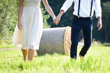 Paar läuft über die Wiese