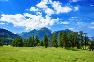 Горные вершины на фоне голубого неба