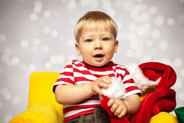 Baby freut sich auf Weihnachten