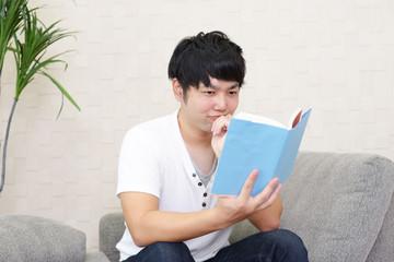 本を読む青年