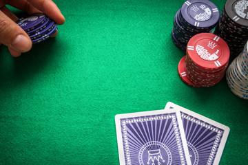 Einsatz beim Pokern mit verdeckten Karten.