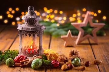Weihnachtsstimmung  -  Laterne mit Weihnachtsdeko auf Holz