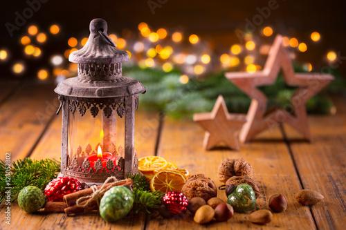 weihnachtsstimmung laterne mit weihnachtsdeko auf holz. Black Bedroom Furniture Sets. Home Design Ideas