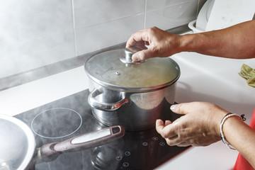 Mamá preparando puré de verdura en casa.