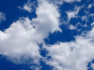 Облака на синем небе