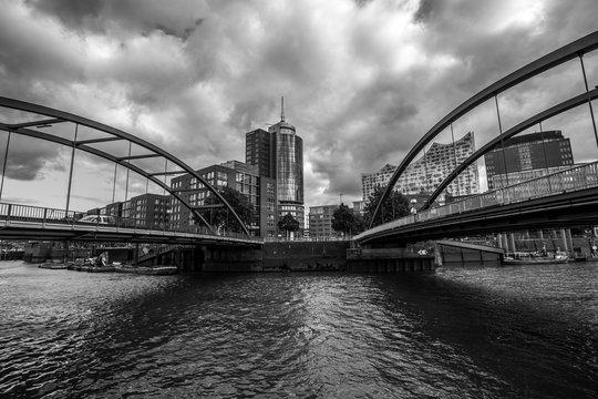 Niederbaumbrücke in der Hamburger Hafencity (schwarzweiss)