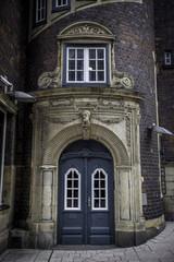 Eingang zu einem historischen Haus in der Hamburger Innenstadt