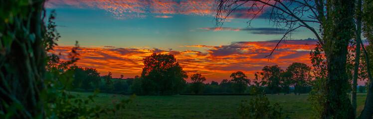Ciel avec couché de soleil sur la campagne