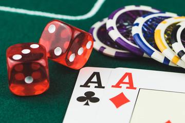 Poker Asse mit roten Würfel und Spiel Chips