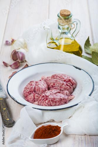 Sesos de cordero crudos con aceite de oliva virgen extra Cocinar con 5 ingredientes