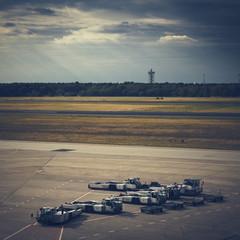 tarmac d'aéroport avec véhicules de remorquage