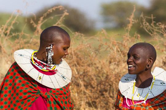 Femme masaï devant leur village