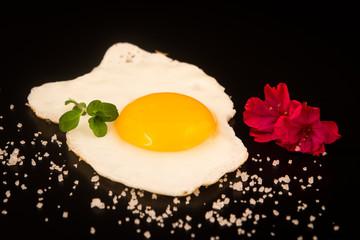 uovo all'occhio di gallina su fondale nero