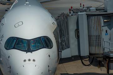 空港に停泊している飛行機のイメージ
