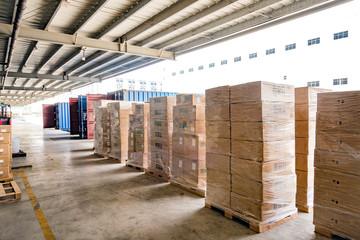 物流倉庫の搬入口とコンテナに搬入される製品