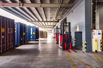 物流倉庫の搬入口とコンテナ