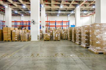 物流倉庫の内観と在庫の製品