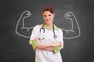 Krankenschwester mit aufgemalten Muskeln