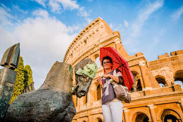 La femme au parapluie rouge devant le Colisée de Rome