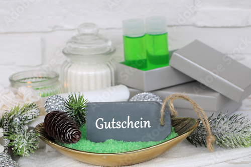 wellness gutschein zu weihnachten schenken stockfotos. Black Bedroom Furniture Sets. Home Design Ideas
