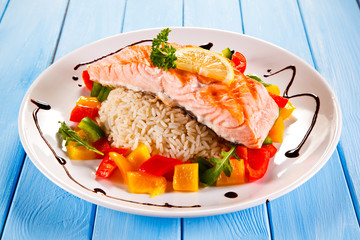 Fried salmon, rice and vegetables