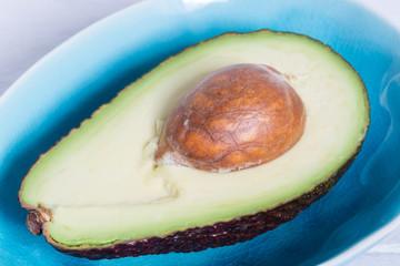 Avocado in einer türkisen Schale