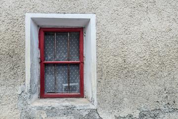 rotes Fenster in einer alten Hauswand