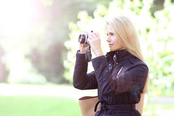 Fotografin mit Digital Kamera im Herbst