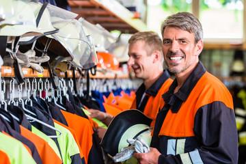 Feuerwehrmänner bereiten sich in der Wache auf nächsten Notruf vor