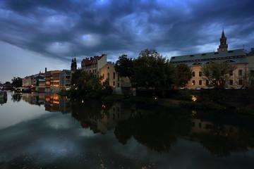 Czarne chmury nad Opolską Wenecją, kanał Młynówka.