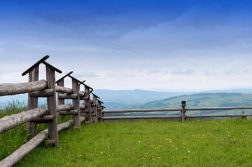 Krajobraz górski ogrodzenie trawa