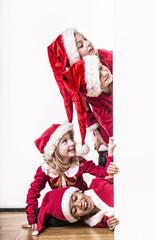 Kinder als kleine Weihnachtsmänner