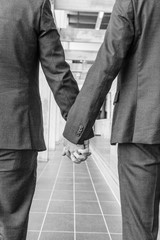 Mains hommes tenant Caucasien couple en amour