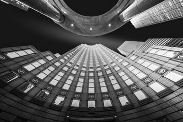 Fine Art, czarno-biały, abstrakcyjny, nowatorski widok na wieżowce w Nowym Jorku - 123292649