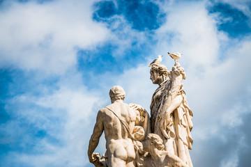 Mouettes sur les statues du Vittoriano à Rome