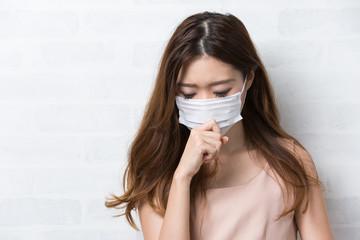 マスク / 咳き込む女性