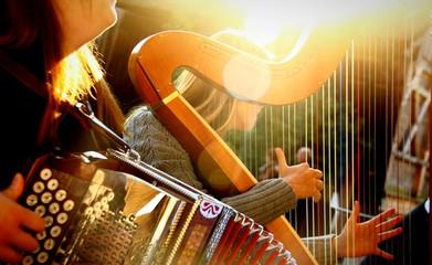 mädchen mit quetschn und harfe i I