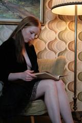 Frau liest zuhause intim ein Buch