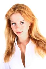 Lächelnde junge Frau mit Sommersprossen
