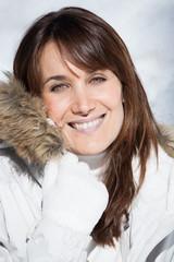 portrait d'une belle femme souriant en hiver