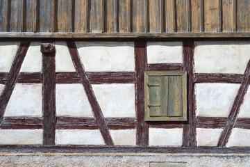 Alte Fachwerk Fassade mit geschlossenem Fensterladen